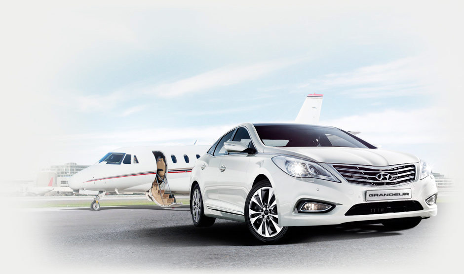 Like auto royalty, the Azera commands authority. Strong hood lines and a voluminous bumper make a dramatic first impression. An elegantly sculpted wing-shaped radiator grille, reminiscent of an aircraft, not only looks regal, but allows for dynamic driving with its enhanced engine-cooling function.